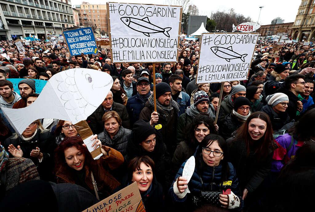 """איטליה: ה""""סרדינים"""" יוצאים למאבק בימין"""