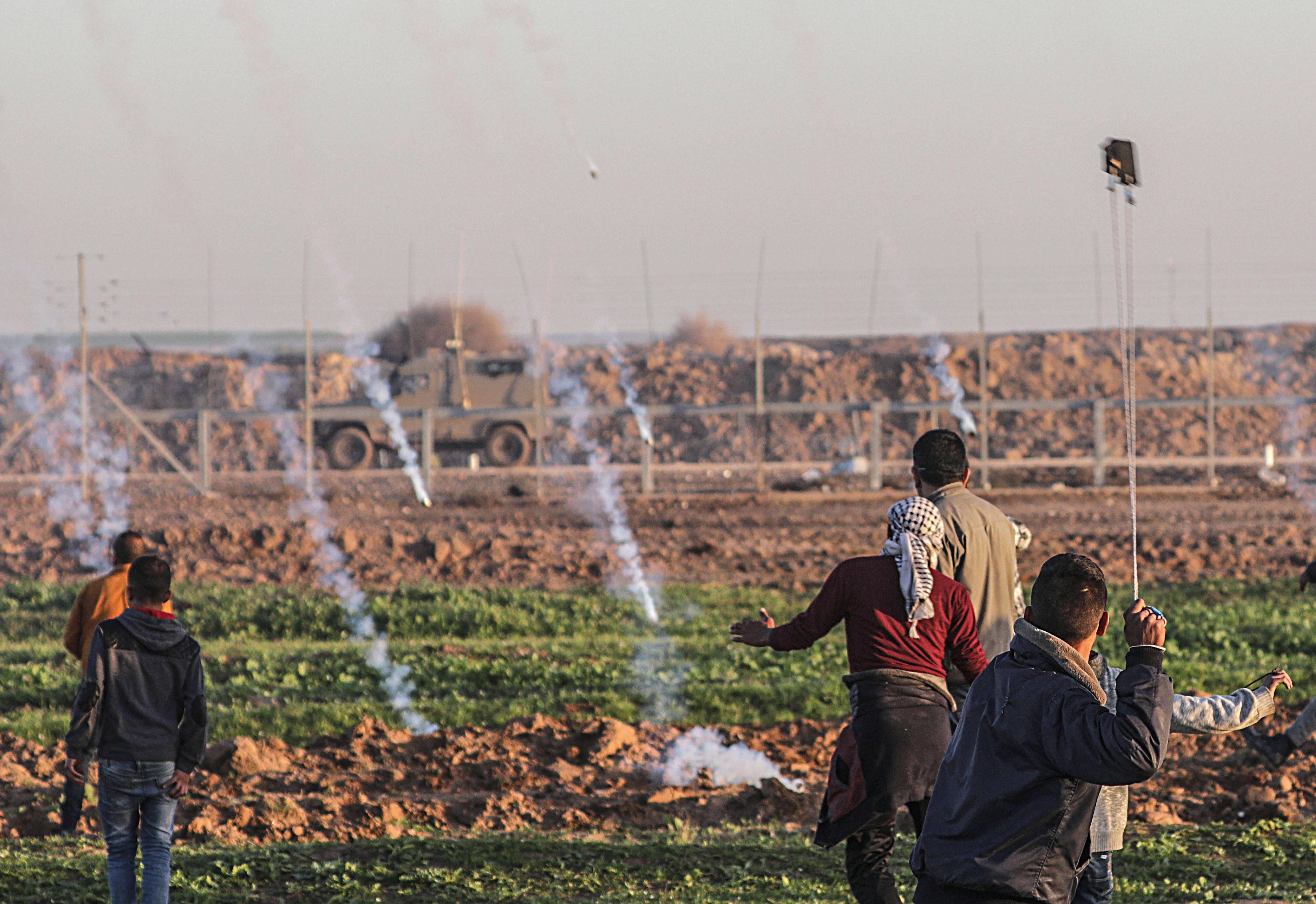 """חייל צה""""ל נפצע קל במהומות בגבול הרצועה"""