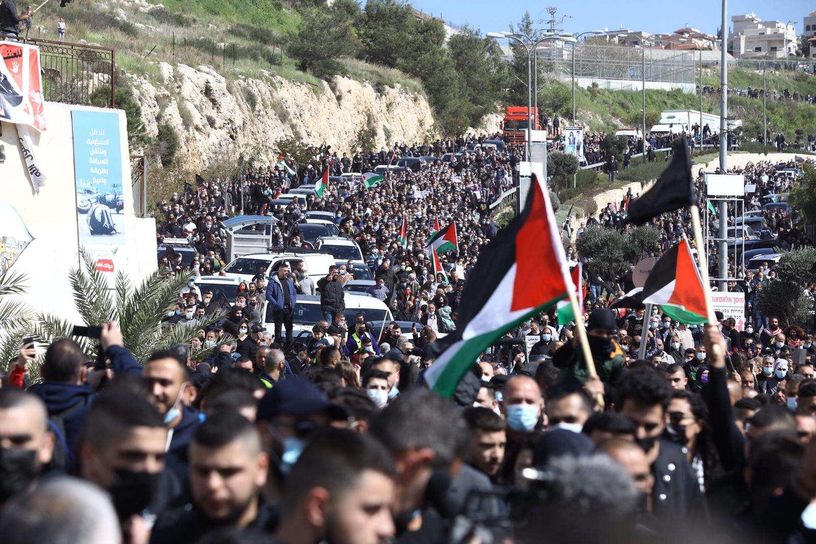 """""""לך מפה בוגד"""": ח""""כ מנסור עבאס הותקף בהפגנה באום אל-פחם"""