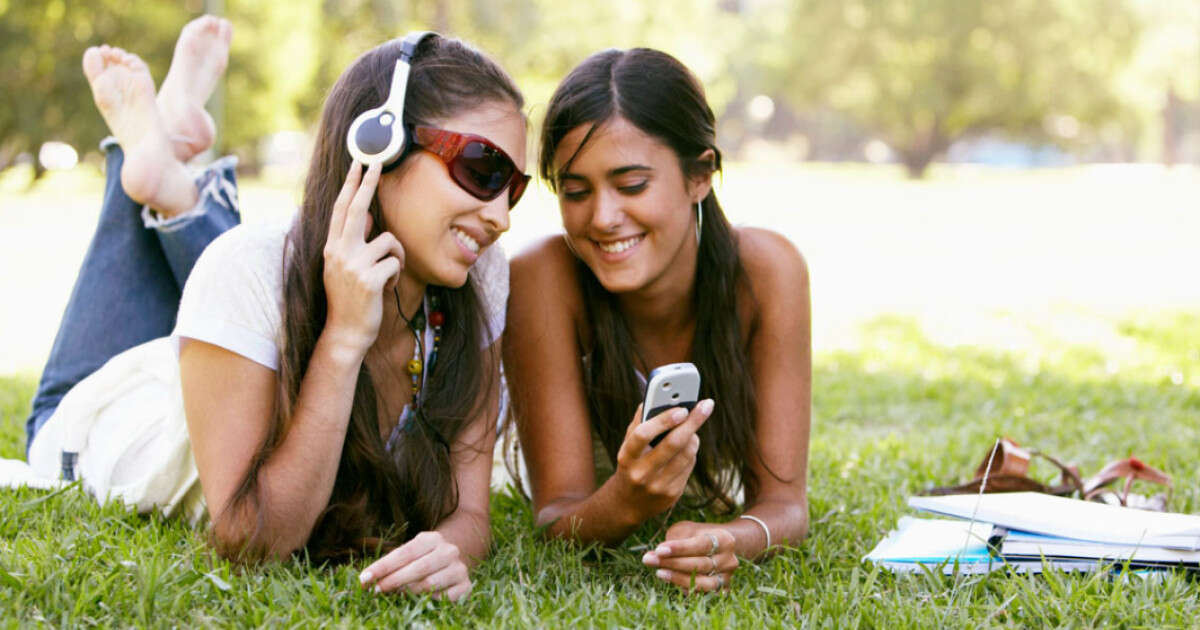 effects of music on teenagers How does music affect teenagers' emotions by jae allen june 13, 2017 effects of music on blood pressure calories burned playing guitar can music affect your.