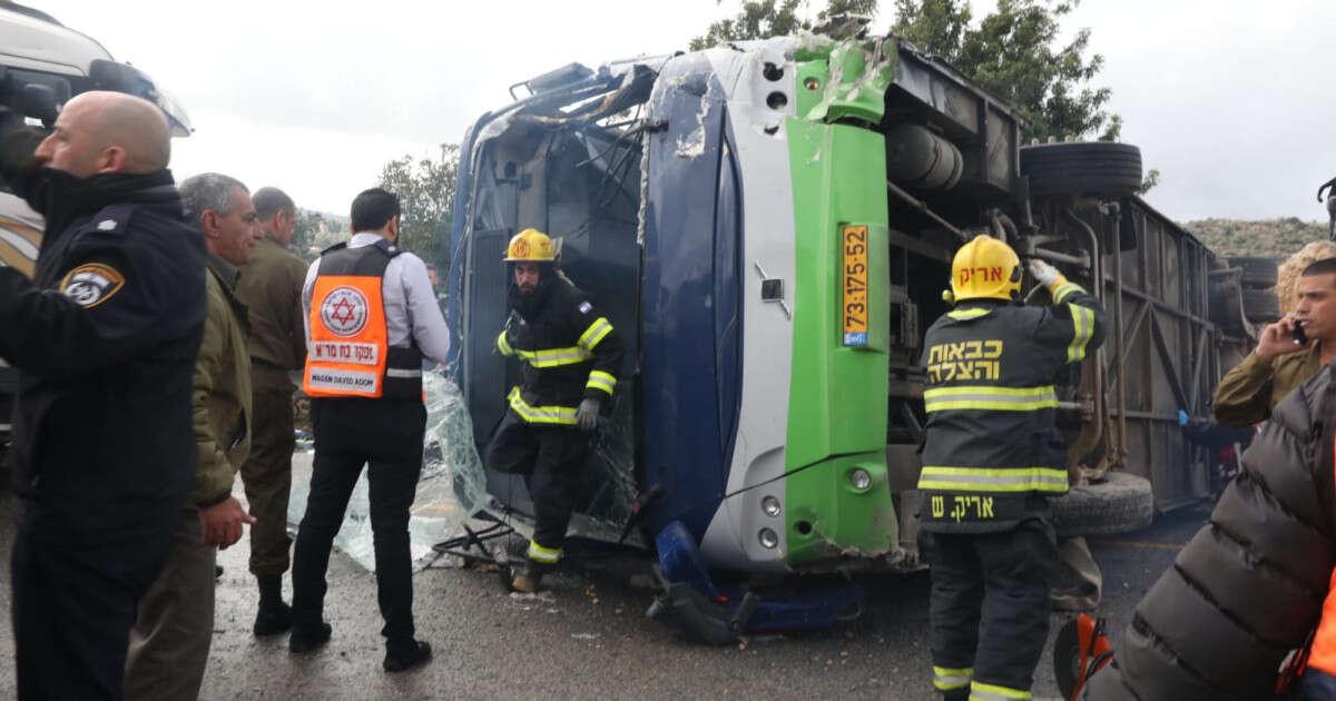תאונה: תאונה קטלנית בכביש 443: שני הרוגים ועשרות פצועים בהתהפכות