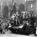 3,000 הונגרים נהרגו. מורדים הונגרים על טנק סובייטי בחזית הפרלמנט ההונגרי, 2 בנובמבר 1956 // צילום: אי.פי