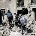 פצוע מפונה מהריסות ביתו במזרח דמשק // צילום: רויטרס