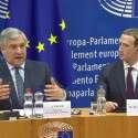 צוקרברג (מימין) ואנטוניו טאחאני, נשיא הפרלמנט האירופי, אמש // צילום: EPA