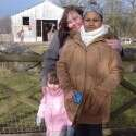 האם ושתי בנותיה בתמונה עדכנית יותר // צילום מסך