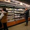 קונים בחנות אמזון גו בסיאטל. לא צריך להוציא ארנק, רק סמארטפון בכניסה // צילום: רויטרס