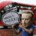"""מתוך ההפגנות נגד פייסבוק בבריטניה: מפגין מחופש למארק צוקרברג עם השלט """"איפה מארק?"""" // צילום: רויטרס"""