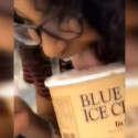 מלקקת גלידה ויוצרת סערה (צילום מתוך הסרטון)