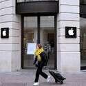 חנות אפל בפריז סגורה בשל מגפת הקורונה // צילום: AP