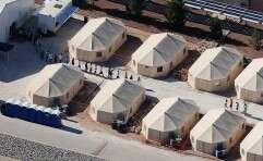 ילדים הולכים במתקני שהייה בטקסס // צילום: רויטרס