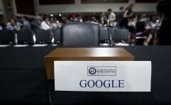 הכיסא הריק של גוגל בעת הדיון בוועדת המודיעין של הסנאט. האם פיצ'אי עושה בקרת נזקים? // צילום: AP