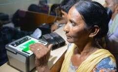 אישה הודית מוסרת את טביעת אצבעותיה בעת רישום למאגר הביומטרי ההודי אדאהאר // צילום: AFP
