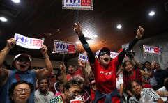 תומכי האופוזיציה חוגים בבירה בנגקוק // צילום: אי.פי.איי