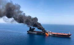 מכלית עולה באש במפרץ הפרסי // צילום: איי.פי