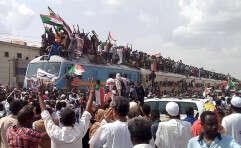 מנהיגי האופוזיציה מגיעים ברכבת לחרטום לאחר חתימת הסכם השלום // צילום: רויטרס
