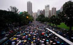 מפגינים בשדרה מרכזית בהונג קונג // צילום: רויטרס