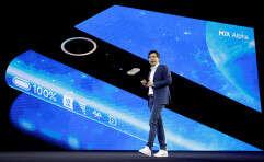 """הפלישה הסינית: מנכ""""ל שיאומי, לי ג'ון מציג את המיקס אלפא, טלפון שכולו מסך // צילום: רויטרס"""