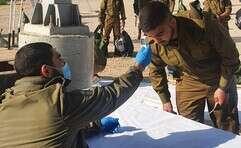 """מקבלים את החיילים החדשים בבסיס // צילום: דובר צה""""ל"""