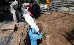 קבורת גופות חללי הקורונה באיראן // צילום: רויטרס