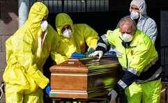 צוותים רפואיים מובילים ארון מתים באיטליה // צילום: איי.פי