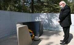 """הנשיא במעמד הנחת הזר על קברו של רבין // צילום: חיים צח, לע""""מ"""