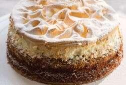 עוגת תפוחים ודבש. המרנג הלימוני מוסיף מרקם מעניין