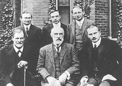 בין מסורת יהודית למיתולוגיה פגנית. קרל גוסטב יונג (יושב מימין), ולצידו סטנלי הול וזיגמונד פרויד, בתצלום משנת 1909