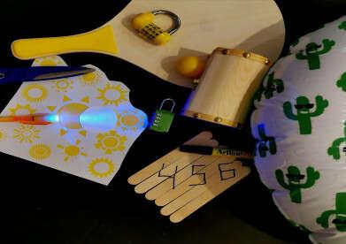 קוד על מקלות ארטיק ועט אולטרה־סגול. חדר בריחה // צילום: לילך פינצ'בסקי סימיאן