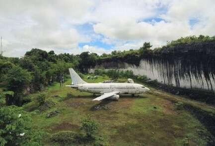 מבודד ומוקף בצמחייה. המטוס בבאלי // צילום: wejusttravel/News Dog Media@
