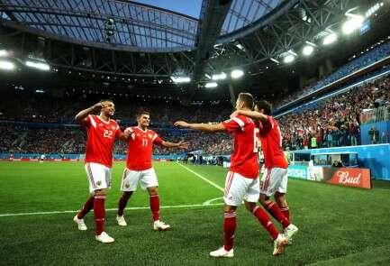 בדרך לשלב הבא. שחקני רוסיה חוגגים את הניצחון על מצרים