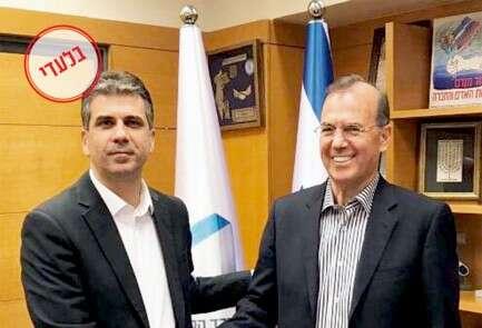 """השר אלי כהן (משמאל) וד""""ר עמי אפלבום // צילום: יח""""צ"""