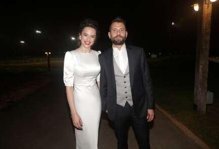 קורין גדעון ובן זוגה בשמלה של ברוריה חריטן // צילום: שוקה כהן