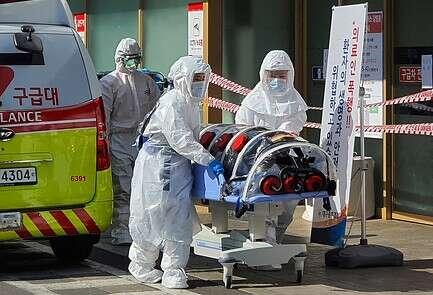 פינוי נפגע קורונה בדרום קוריאה // צילום: איי.פי