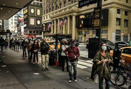 אנשים עומדים בתור כדי להצביע בקלפי בניו יורק, בשבת // צילום: איי.אף.פי.