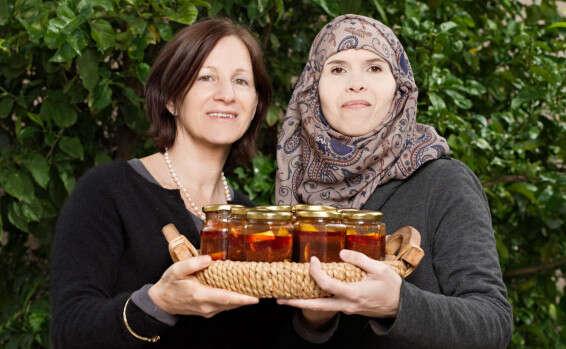 מוירה ג'הלני ומיכל פונדק מחזיקות צנצנות לימון כבוש