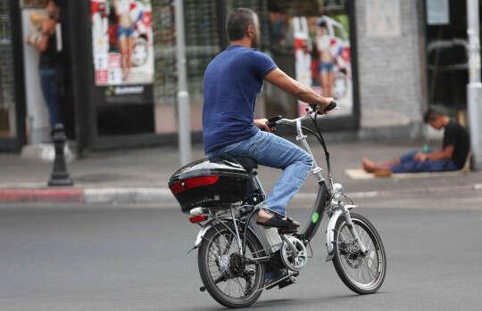 רוכב על אופניים חשמליים? המשטרה מתחילה לאכוף עבירות  //  צילום: יהושע יוסף (אילוסטרציה)