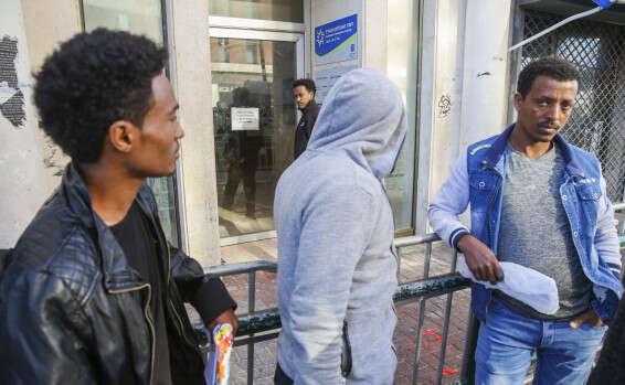 מהגרים ממתינים בתור למרשם האוכלוסין // צילום: יהושע יוסף