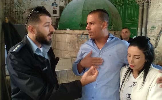 המשטרה מוציאה ישראלים שמציעים נישואים בהר הבית שלא כדין.אבל למוסלמים היא מאפשרת תפילה וזה אפליה אסורה 15766700696654_b