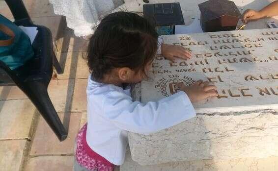 בתה של אורטל על קברו של אוריאל