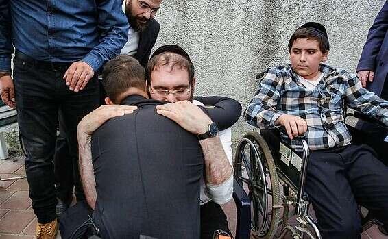 צפו: המפגש בין האב לשוטר שהציל את בנו באסון הר מירון // צילום: יהושע יוסף