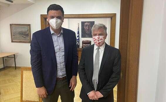 פרופ' ארבר עם שר הבריאות היווני. ניסוי בתרופה לקורונה // באדיבות ממשלת יוון