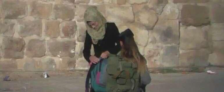 Quelques secondes avant le coup de poignard Hébron // photo des médias arabes