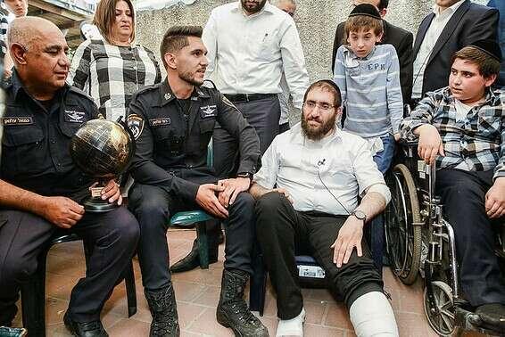 """רס""""ל עלואן עם האב אביגדור חיות ובנו שמואל, שהציל באסון // צילום: יהושע יוסף"""