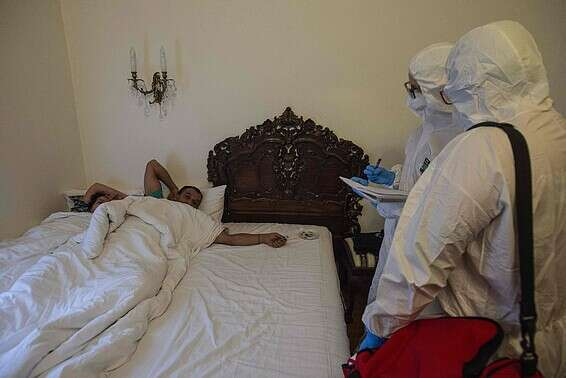 רופאים מבקרים חולי קורונה בצ'כיה // צילום: איי.אף.פי