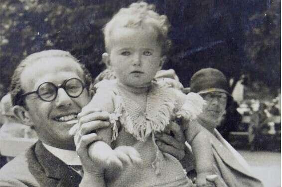 """ד""""ר נוימן עם מרגלית. סיפור המשפחה נחשף בזכות העיזבון // צילום: אורן כהן"""