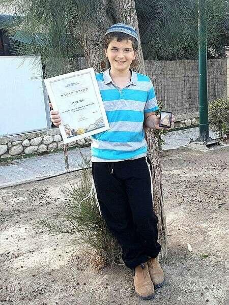 צבי בן דוד עם תעודת ההוקרה מרשות העתיקות | (צילום: רשות העתיקות)