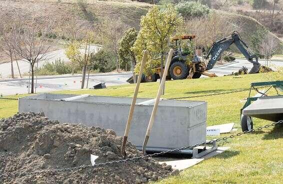 חפירת קבר בבית הלוויות Groman Eden Mortuary, בפארק הזיכרון עדן שבמישן הילז, קליפורניה // צילום: Anthony Lampe
