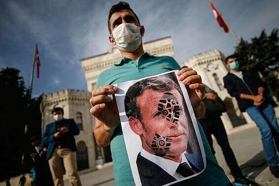 Des manifestants en Turquie contre le président Makron // Photo: AP