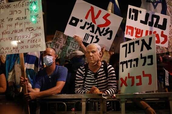בהפגנות השמאל מרימים שלטים בבלפור: הבן זונה לא יודע .! וזה לא הסתה ? WhatsApp%20Image%202020-07-18%20at%2022.09.17