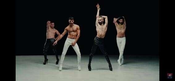 Hommes en pantalon moulant en cuir // Photo: Extrait du clip